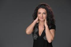 Portret van mooie donker-haired jonge vrouw Stock Afbeelding