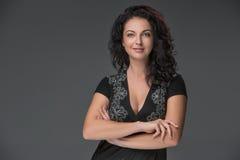 Portret van mooie donker-haired jonge vrouw Royalty-vrije Stock Foto's