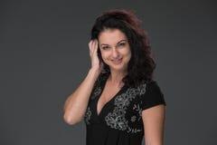 Portret van mooie donker-haired jonge vrouw Stock Fotografie