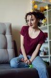 Portret van mooie donkerbruine jonge vrouw met krullend grappig kapsel Stock Fotografie