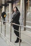 Portret van mooie donkerbruine Vrouw in bont die pret hebben Royalty-vrije Stock Afbeeldingen
