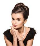 Portret van mooie donkerbruine vrouw die pareljuwelen dragen Stock Foto's