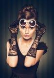 Portret van mooie donkerbruine vrouw die pareljuwelen dragen en Stock Afbeelding