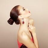 Portret van mooie donkerbruine vrouw met oorring. Perfecte makeu Stock Foto
