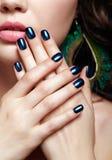 Portret van mooie donkerbruine vrouw op zwarte achtergrond en erwt Royalty-vrije Stock Afbeelding