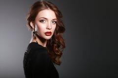 Portret van mooie donkerbruine vrouw in zwarte Royalty-vrije Stock Foto