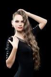 Portret van mooie donkerbruine vrouw in zwarte Royalty-vrije Stock Afbeeldingen