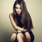 Portret van mooie donkerbruine vrouw in zwarte kleding Stock Foto
