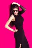 Portret van mooie donkerbruine vrouw in zwarte kleding en sunglass Royalty-vrije Stock Afbeeldingen