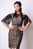 Portret van mooie donkerbruine vrouw in zwarte kleding Het schot van de manierfoto Stock Afbeelding