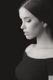 Portret van mooie elegante jonge die vrouw op zwarte rug wordt geïsoleerd Stock Afbeeldingen