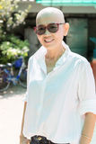 Portret van mooie en gelukemotie van Aziatische vrouw op st Stock Foto