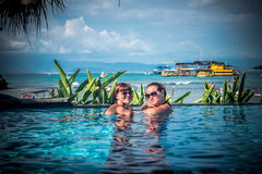Portret van mooie gelooide vrouw in het zwarte swimwear ontspannen in zwembadkuuroord Hete de zomerdag en heldere zonnig royalty-vrije stock afbeeldingen