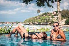 Portret van mooie gelooide vrouw in het zwarte swimwear ontspannen in zwembadkuuroord Hete de zomerdag en heldere zonnig stock afbeelding