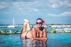 Portret van mooie gelooide vrouw in het zwarte swimwear ontspannen in zwembadkuuroord Hete de zomerdag en heldere zonnig stock fotografie