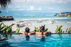 Portret van mooie gelooide vrouw in het zwarte swimwear ontspannen in zwembadkuuroord Hete de zomerdag en heldere zonnig Stock Foto