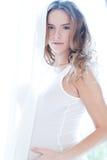 Portret van mooie gevoelige vrouw die wit dragen Stock Foto's