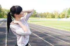 Portret van mooie glimlach gezonde vrouw met het exemplaar ruimte lichte achtergrond van de sportslijtage Het meisje van de gesch stock foto's