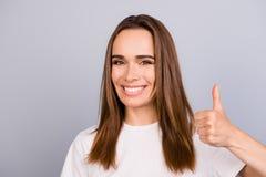 Portret van mooie glimlachende jonge bruine haired dame in wit c stock fotografie