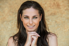Portret van mooie glimlachende jonge vrouw Royalty-vrije Stock Afbeelding