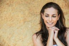 Portret van mooie glimlachende jonge vrouw Stock Afbeelding