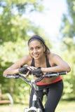 Portret van mooie glimlachende Latijnse atletische vrouw met fiets, ou royalty-vrije stock fotografie