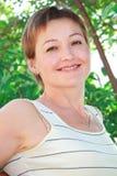 Portret van mooie glimlachende vrouw Stock Afbeeldingen