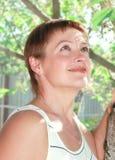 Portret van mooie glimlachende vrouw Royalty-vrije Stock Afbeeldingen