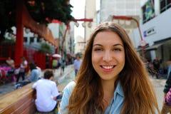 Portret van mooie glimlachende vrouw in de Japanse buurt Liberdade, Sao Paulo, Brazili? van Sao Paulo royalty-vrije stock foto's