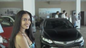 Portret van mooie glimlachende vrouw in het autohandel drijven stock videobeelden