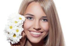 Portret van Mooie Glimlachende Vrouw met Bloemen Duidelijke huid Stock Foto