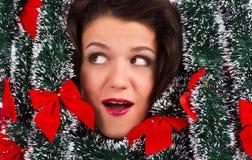 Portret van mooie glimlachende vrouw met klatergoud stock fotografie