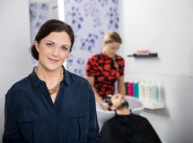 Portret van Mooie Herenkapper in Salon stock foto