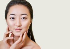 Portret van mooie jonge Aziatische vrouw Natuurlijke samenstelling Stock Foto