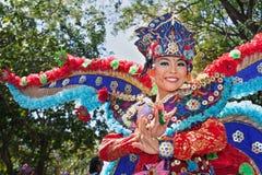 Portret van mooie jonge Balinese vrouw in etnisch danserskostuum Stock Foto's