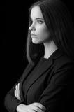 Portret van mooie jonge bedrijfsvrouw die op zwarte wordt geïsoleerd Royalty-vrije Stock Fotografie