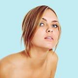 Portret van mooie jonge blonde vrouw Stock Foto