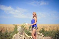 Portret van mooie jonge blonde vrouw met cyclus royalty-vrije stock fotografie