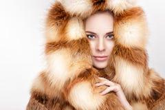 Portret van mooie jonge blondevrouw in de bontjas van de luxevos stock afbeeldingen