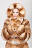 Portret van mooie jonge blondevrouw in de bontjas van de luxevos royalty-vrije stock foto