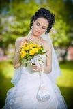 Portret van mooie jonge bruid in tuin Stock Foto