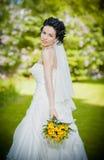 Portret van mooie jonge bruid in tuin Royalty-vrije Stock Foto's