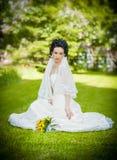 Portret van mooie jonge bruid in tuin Royalty-vrije Stock Foto