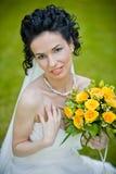 Portret van mooie jonge bruid in tuin Stock Afbeelding