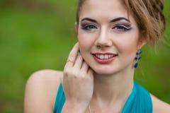 Portret van mooie jonge bruin-haired vrouw Royalty-vrije Stock Afbeelding