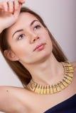 Portret van mooie jonge bruin-haired vrouw Stock Foto's