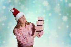 Portret van mooie jonge dame in Kerstman rode hoed Stock Afbeelding