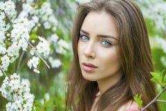 Portret van mooie jonge donkerbruine vrouw in de lentebloesem Royalty-vrije Stock Fotografie
