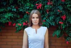 Portret van mooie jonge ernstige vrouw stock fotografie
