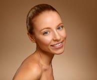 Portret van mooie jonge gelukkige glimlachende vrouw Stock Foto